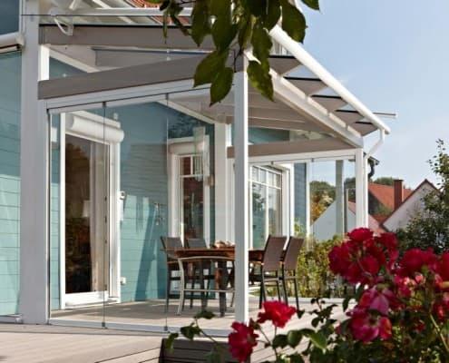 Wohlfühlen auf der Terrasse mit dem Glashaus SDL Aura von Solarlux